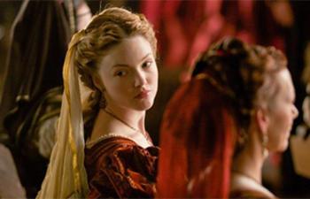 Holliday Grainger sera une affreuse belle-soeur dans Cinderella